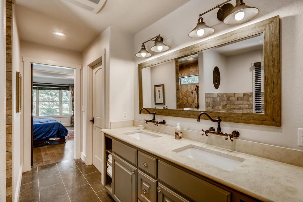 10210 Crumley Ranch Rd Austin-large-016-039-Primary Bathroom-1500x1000-72dpi.jpg