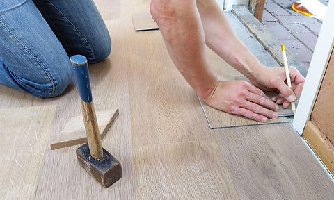 Heimwerker-beim-Bodenverlegen.jpg