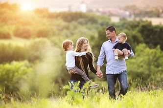 Junge Familie Natur zwei Kinder.jpg