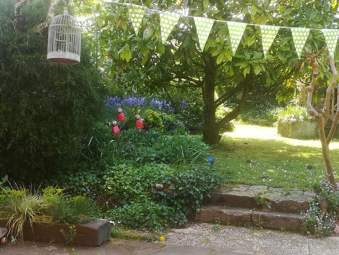 Vue sur le jardin d'agrément depuis la terrasse repas