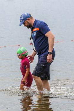 Mirek begleitet junge Teilnehmerin aus dem Wasser-2946