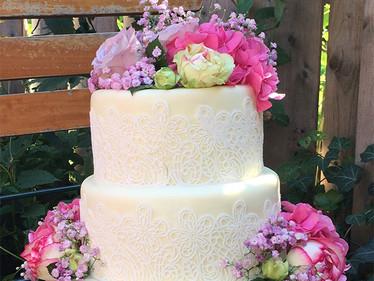 Hochzeitstorte mit Spitze & Blüten
