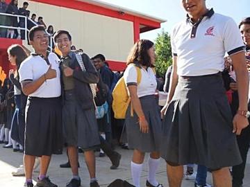 Hombres con falda y mujeres con pantalón: la protesta de alumnos en Oaxaca contra el acoso