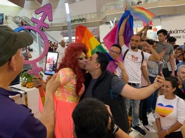 Por actos de homofobia realizan Besotón LGBTTTI en Galerias Monterrey