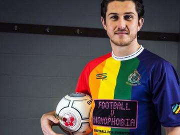 Jugadores del Altrincham FC usan camisetas Arcoíris de apoyo al colectivo LGBTTTI