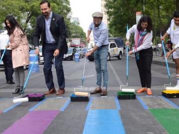Pintan paso peatonal arcoiris, enfrente de la alameda