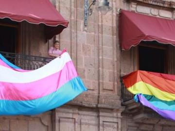 Colocan banderas LGBTTTI en Palacio de Gobierno de Michoacán