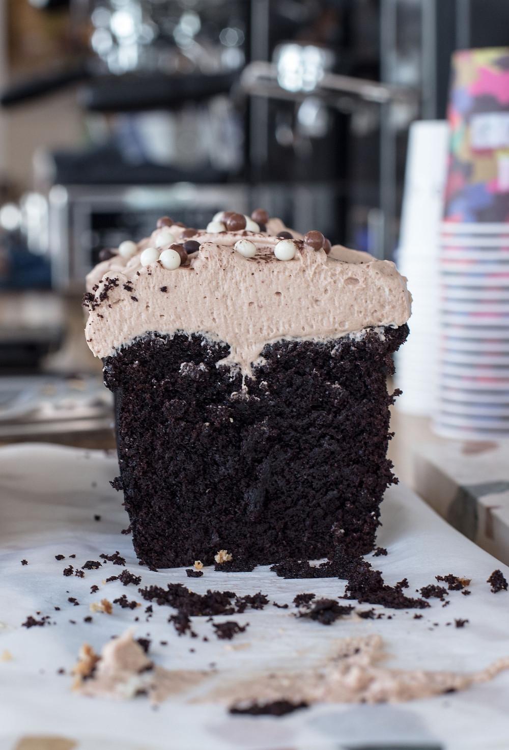 Joko visits coffee bar Toki in Amsterdam and enjoys this yummie chocolate cake