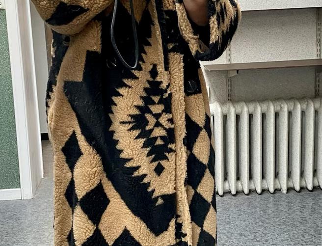 Lange jas camel met zwarte motieven