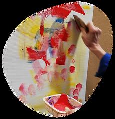 main en train de peindre