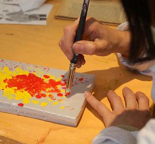 geste des mains avec peinture