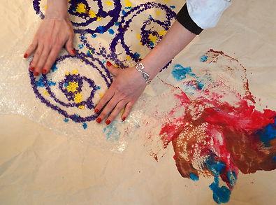 mains sur peinture au sol