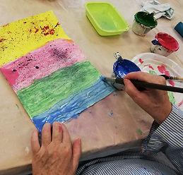 Mains en train de peindre