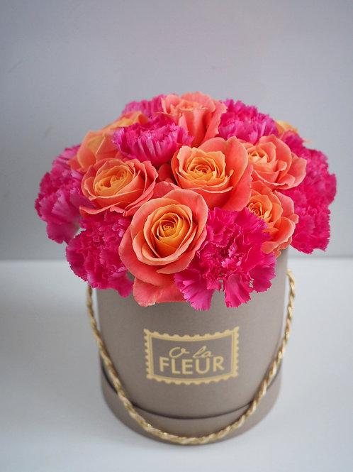 Средний цилиндр коралловый с розами и гвоздикой