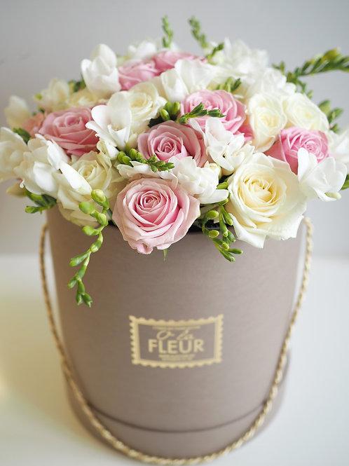 Большой цилиндр с розами и фрезией