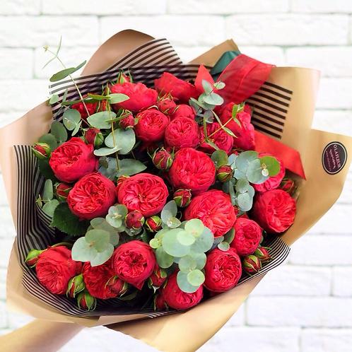 """Букет из пионовидных роз """"Ред Пиано"""" с эвкалиптом"""