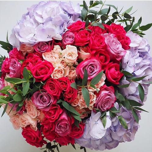 Букет из роз и гортензий яркий