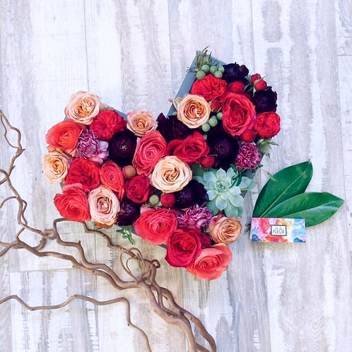 Сердце из цветов в дерев форме