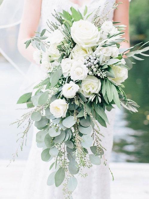 Каскадный букет с пионовидными розами и эвкалиптом