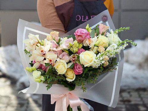 Раскидистый букет с орхидеей