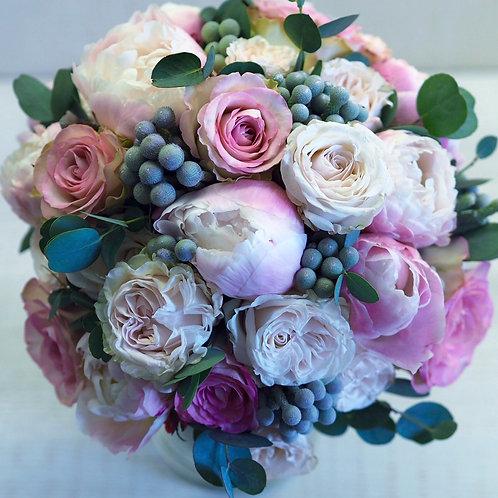 Букет из роз, пионов, брунии и зелени
