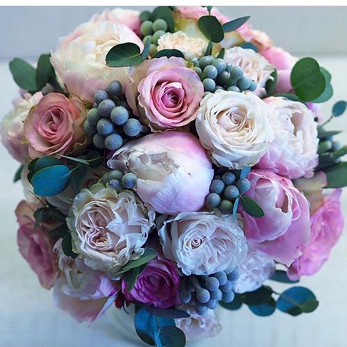 Букет из пионов, пионовидных роз и брунии