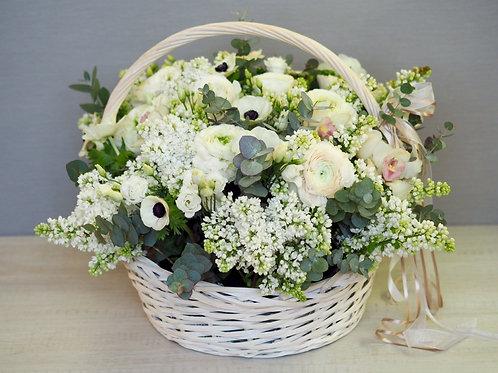 Корзина с белыми цветами