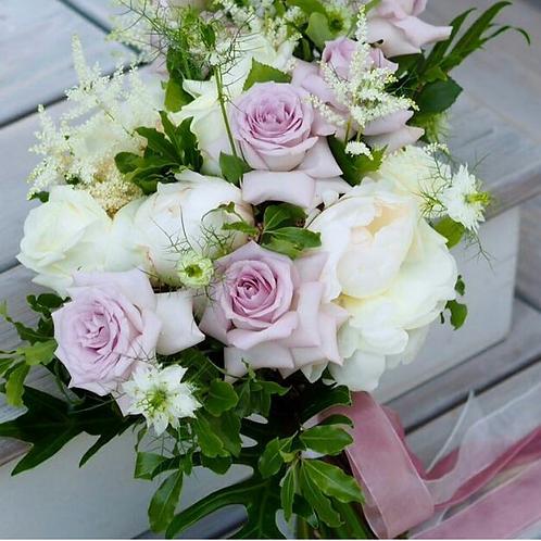 Раскидистый букет с лавандовыми розами