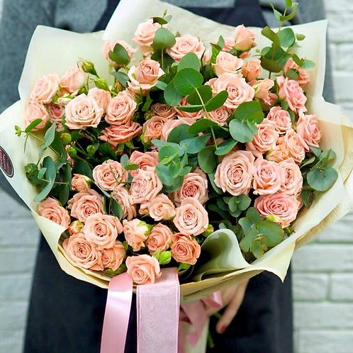 Букет из кустовых роз с эвкалиптом