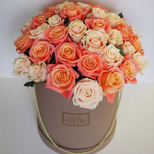 Большой цилиндр с розами разных оттенков