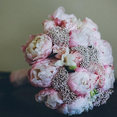 Букет невесты из ягодок, фрезии и пионов
