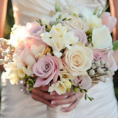 Букет из роз, фрезии, брунии и калл