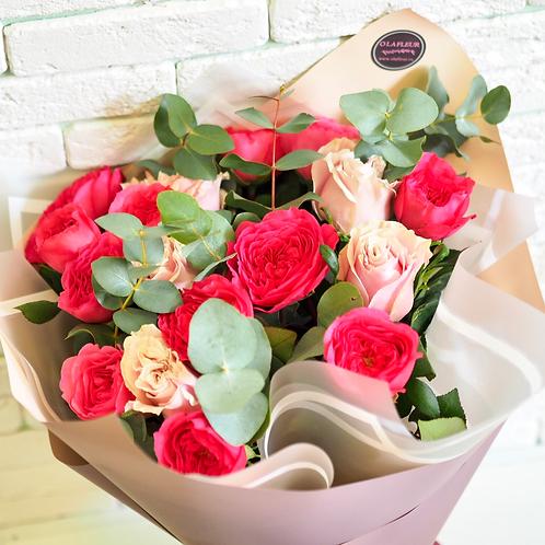 Букет из пионовидных роз с эвкалиптом