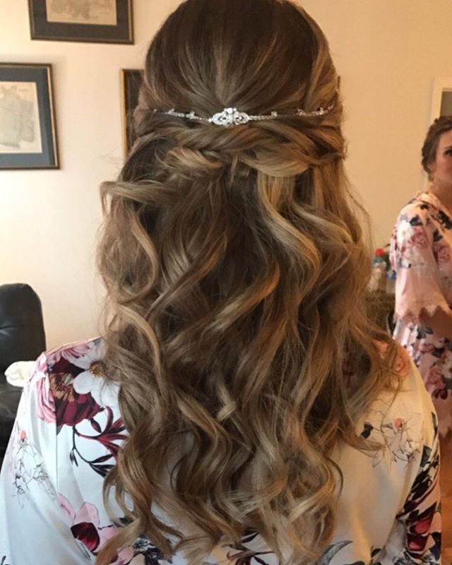 The beautiful bride 👰🏻 #hairbymichellek#weddinghair#weddings#bridalhair#bride#waves#halfupdo#halfu