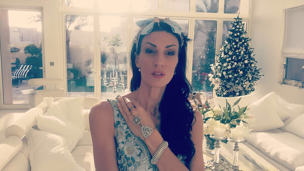 Henrieta Duffner, fashion, christmas, christmas in Dubai, tree, christmas tree, designer, dubai, estelle, cats, dress, long dress, caro dress, country dress, green, white, max studio, brand, london
