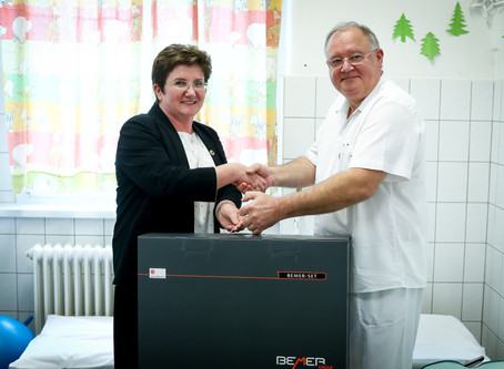 Donatie BEMER Pro-set aan kinderkliniek PálHeim in Boedapest, directeur dr.Péter Marschalkó is blij