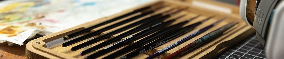 Titelbild der Seite, Pinsel in einer Pinselbox