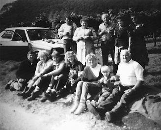 Familienfoto am Grundstück_1986.jpg