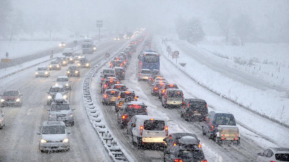 des-chutes-de-neige-ont-entraine-des-bouchons-en-savoie-ce-samedi-11329287bfrav.
