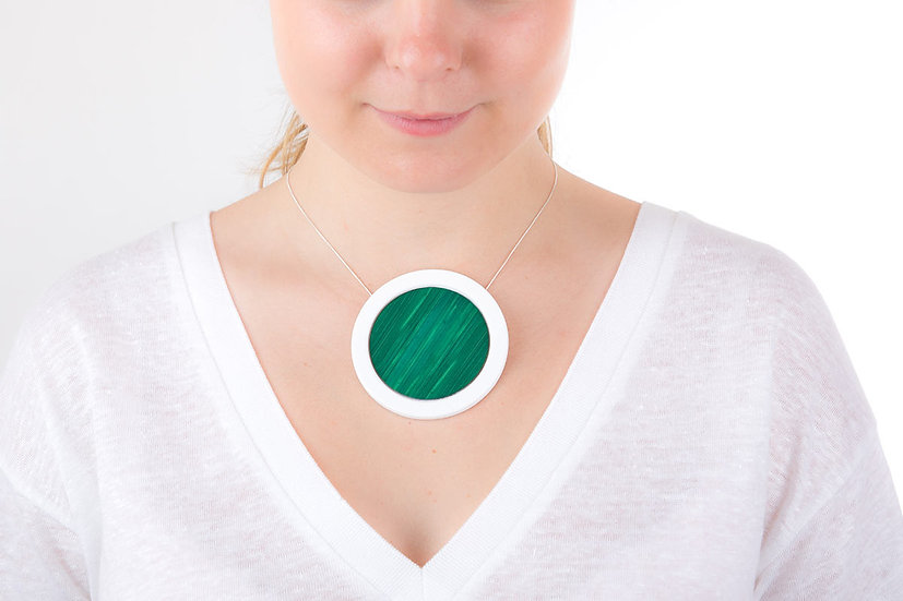 L'Atelier du Blanc - Gros collier rond Vert Sapin   Paille & Porcelaine