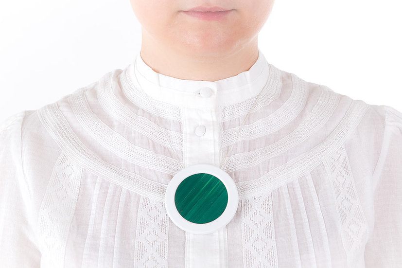 L'Atelier du Blanc - Sautoir pendentif rond Vert Sapin   Paille & Porcelaine