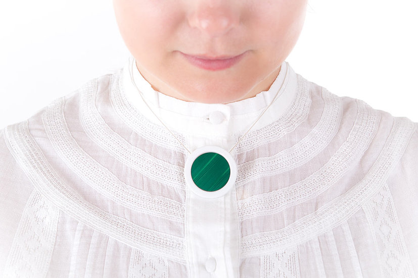 L'Atelier du Blanc - Collier pendentif Vert Émeraude |  Paille & Porcelaine