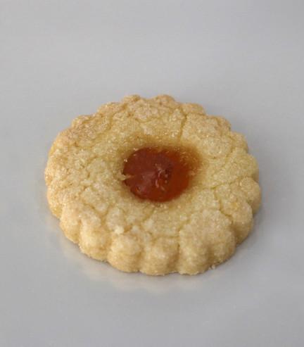Frollino con zucchero e confettura di albicocca