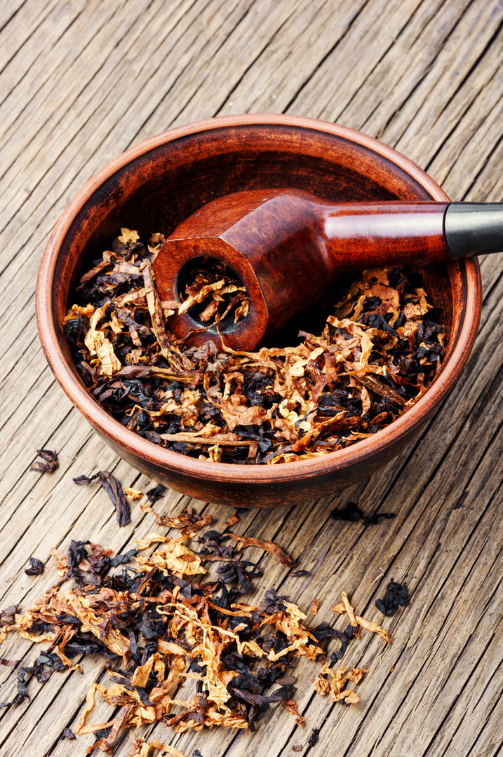 cognac-and-pipe-with-tobacco-X7N6ZMU.jpg