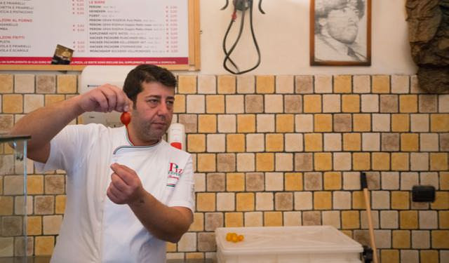 Rosario Piscopo teaching at Pizza Experience Naples
