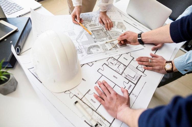 arquitectos-ingeniero-discutiendo-mesa-b