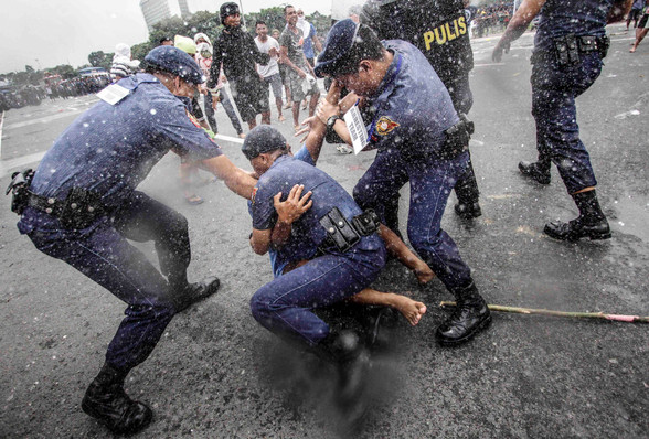 Filipino anti-riot police in uniforms simulate a clash against trainees posing as protesters during a civil disturbance management drill at Quirino Grandstand in Manila, July 08,2017. Protest actions and public assemblies are expected when Presiden Rodrigo Duterte delivers his State of the Nation Address (SONA) before a joint session of Congress at the Batasan Pambansa Complex in Quezon City on July 24.