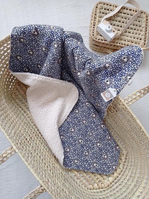 couverture bébé bleue et blanche pour poussette et balade