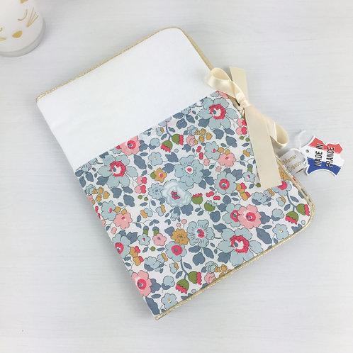 Protège-carnet de santé en coton liberty Betsy London imprimé petites fleurs rose et bleu clair Maman Poulpe créations