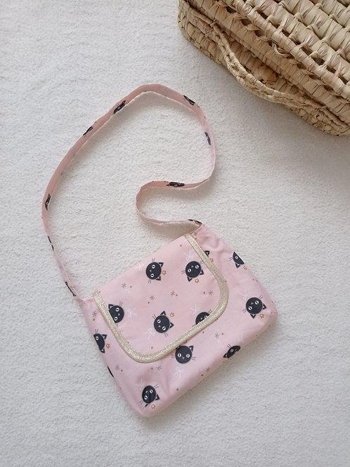 Petit sac à bandoulière pour fillette, rose et doré à imprimé petits chats. Fait main France par créatrice bébé Maman Poulpe